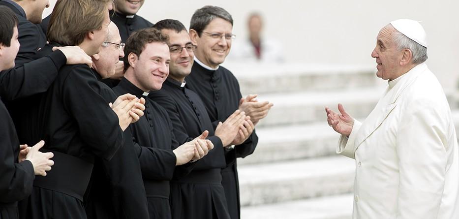 Paus Franciscus en priesters