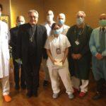 Bisschop Nerbini en artsen van het ziekenhuis in Prato