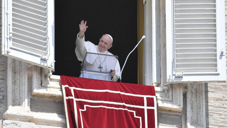 Paus Franciscus bidt Angelus