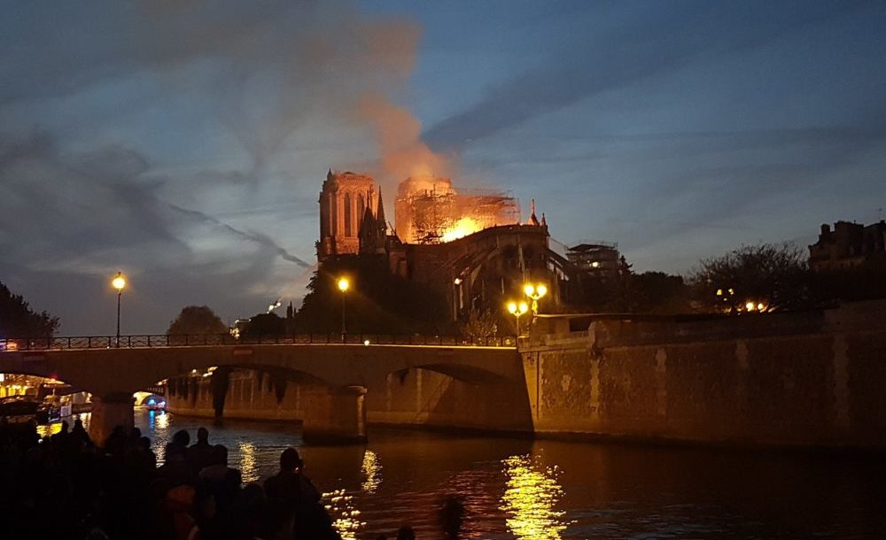 1280px-2019_Notre-Dame_fire_21h21