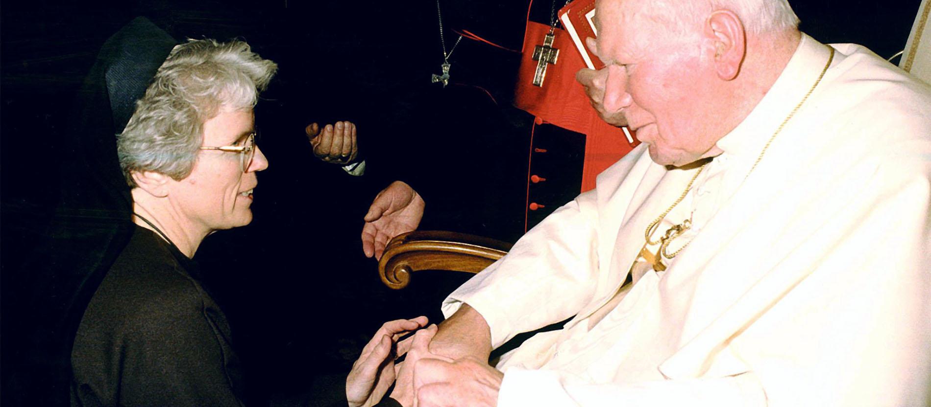 Papst Johannes Paul II. spricht am 23.11.2001 im Vatikan mit der Ordensschwester Judith Zoebelein. Sie ist verantwortlich für den Internetauftritt des Vatikans und wird auch