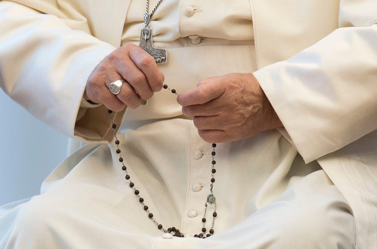 Paus Franciscus bidt rozenkrans 3