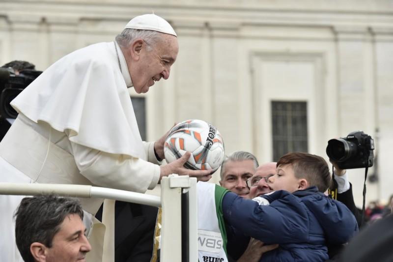 De paus en voetbal!